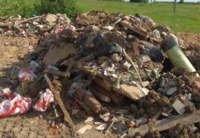 В Боровском районе устроили мусорную свалку возле деревни под покровом ночи