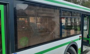В Калуге неизвестный разбил стекло автобуса